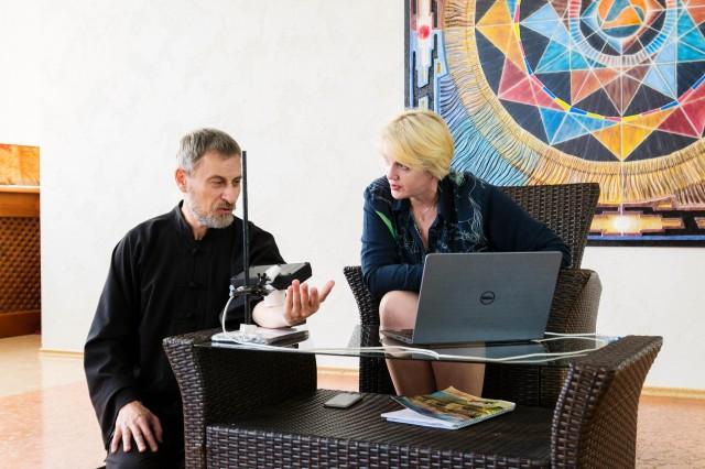 Андрей Шатырев и Татьяна Кучменко делают замер с электронным носом